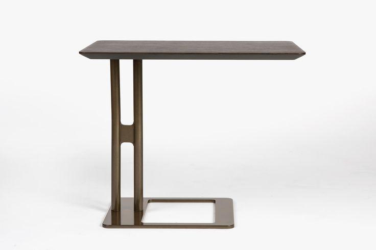 -Victor side table- Tavolino al servizio dei divani, come supporto ed estensione delle sedute su cui appoggiare un libro o un bicchiere, stando in totale relax. La struttura ottonata contrasta il piano finemente smussato in vetro, cuoio od essenza.  STUDIOMEMO Firenze