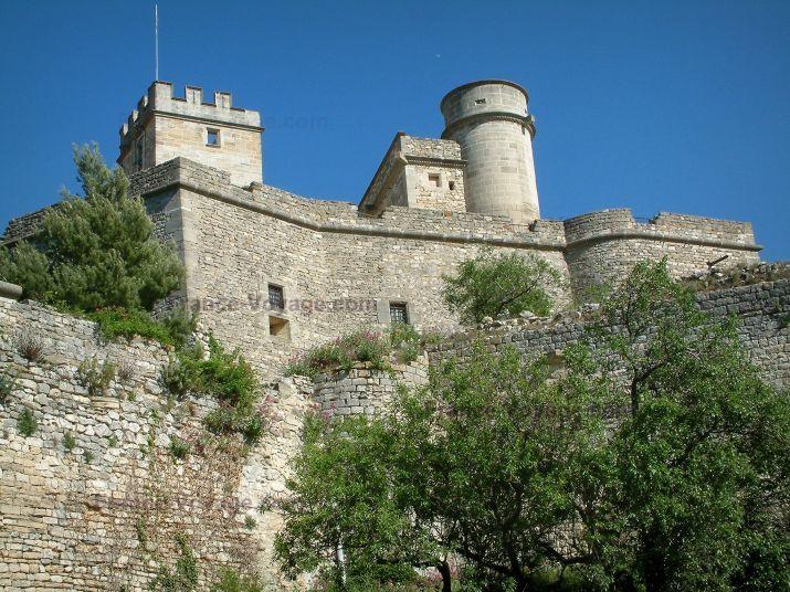 Le Barroux : Arbres, murailles et château