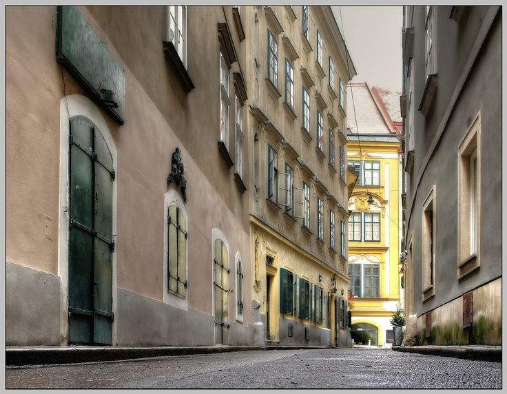 These Biedermeier buildings are typical for Neubau (7th district) and parts of Mariahilf (6th d.) and the historic centre (1st d.).