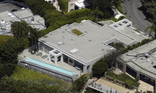 ©BAUER-GRIFFIN.COM..KEANU REEVES BOUGHT THIS HOUSE IN MAY 2003 FOR $4.5M.  IT HAS 4 BEDROOMS, 4 BATHS, & A SWIMMING POOL.  HOLLYWOOD HILLS, CA..MAY 28, 2003.