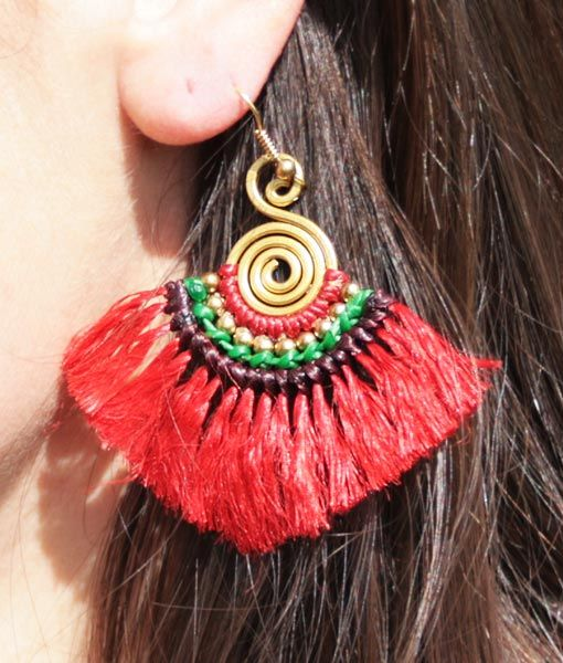 Pendiente Kipas espiral con flecos en hilo de seda rojo