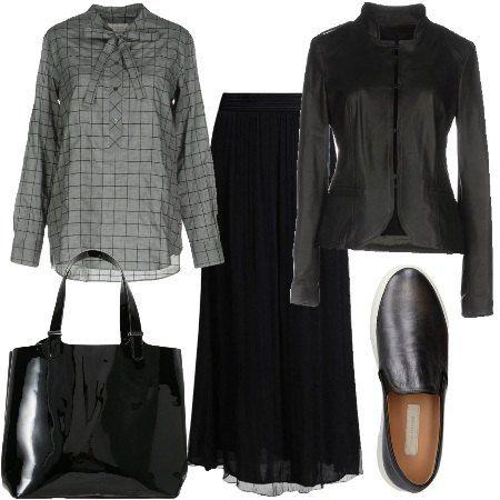 Outfit composto da comoda gonna lunga con elastico alla vita abbinata a camicia a quadri con fioco al collo. Giacca in pelle avvitata. Slip on e borsa a mano lucida.