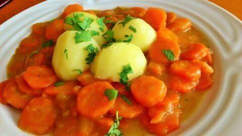 Kytičkový den - dušená mrkev s bramborem.