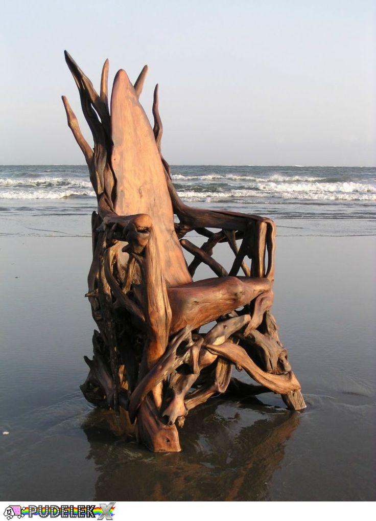 Robi rzeźby z tego, co wyłowi z morza - WOW!
