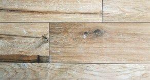 Tegels in houtstructuur. Bijna niet van echt hout te onderscheiden.