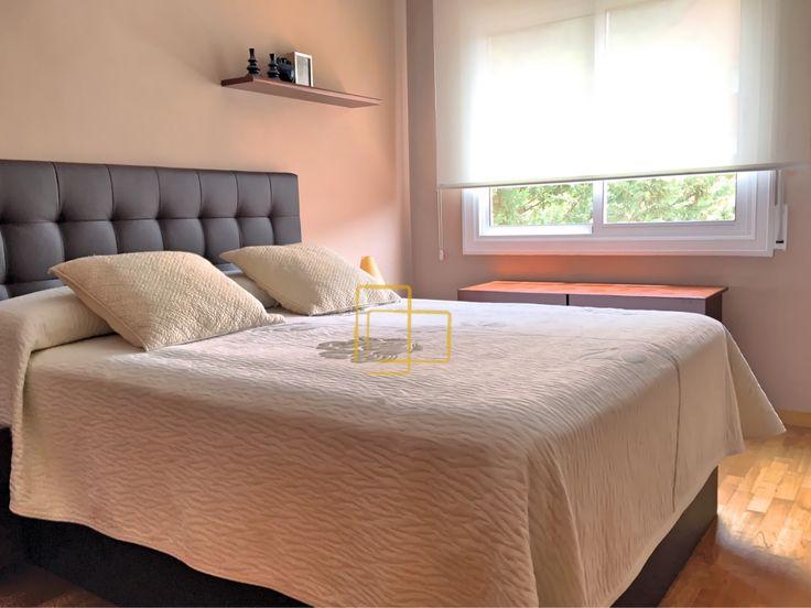 Cortina enrollable en habitaci n principal de color blanco - Estores de colores ...