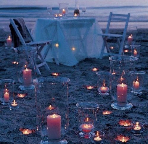 Kolacja na plaży w blasku świec i księżyca