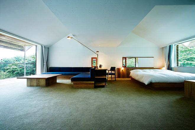 """《 箱根 》7月にオープンしたのはホテル「NEST INN HAKONE」。ゲストが忙しい日常を忘れ、自分を振り返ることのできる""""巣み処""""になりたいという思いが込められている。敷地の北半分を占める「ホテルエリア」には、3棟の客室棟をはじめ、レストラン「ウッドサイド」、レクレーションスペース「フリーバード」、大浴場「バードバス」と、鳥と木にちなんだ建物が点在する。客室の大きな窓からは自然のパノラマが広がり、森との一体感を味わうことができる。  森の中を走る全長200メートルのウッドデッキの先にあるのが「バードバス」。内湯は大湧谷から直接引いた貴重な源泉掛け流し。濃厚で少し白濁した湯は、カルシウム、マグネシウムを豊富に含む硝酸塩泉で、美肌効果があるうえ、身体を芯から温めて健康にも良い。露天の檜風呂では、湯船に浸かりながらの森林浴。檜の香りに、森の香り成分「フィトンチッド」も加わり、しっかりと癒される。"""