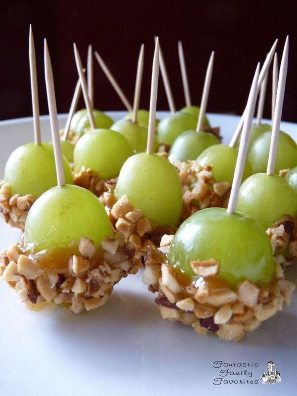 Uvas almendradas para la mesa de Nochevieja untadas con caramelo y almendras o maní