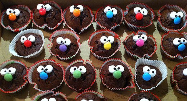 Diese Kindermuffins kommen bei jeder Party gut an, auch bei den großen Kindern :) Muffins mit Gesicht Ihr braucht: Einfach – Backmischung Eurer Wahl Aufwändige – eine helle Backmischung + 2 verschiedene Lebensmittelfarben Zuckerguss fertig nehmen oder herstellen (Puderzucker und Zitronensaft) als Klebemittel Mini Marshmellows für die Augen schwarze Zuckerschrift für die Pupillen oder schwarzen Lebensmittelstift Smarties für die Nasen Alles mit dem Zuckerguss aufkleben und mit der schwarzen Z… – Julia Gülink