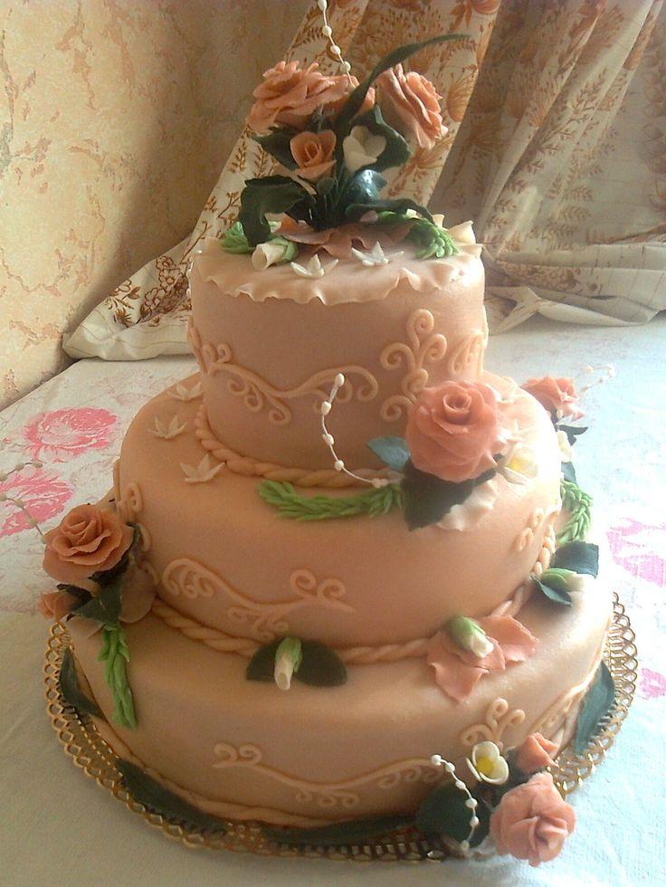 """Торт """"Свадебный"""" трехъярусный, украшения из мастики. Состав: шоколадный бисквит+ классический бисквит+ крем ганаш+ масло и сгущенка, орехи клубника."""
