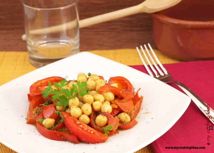 I ceci con peperoni in agrodolce sono un piatto vegano saporito e nutriente. Insieme ad una porzione di cereali diventa un ottimo piatto unico