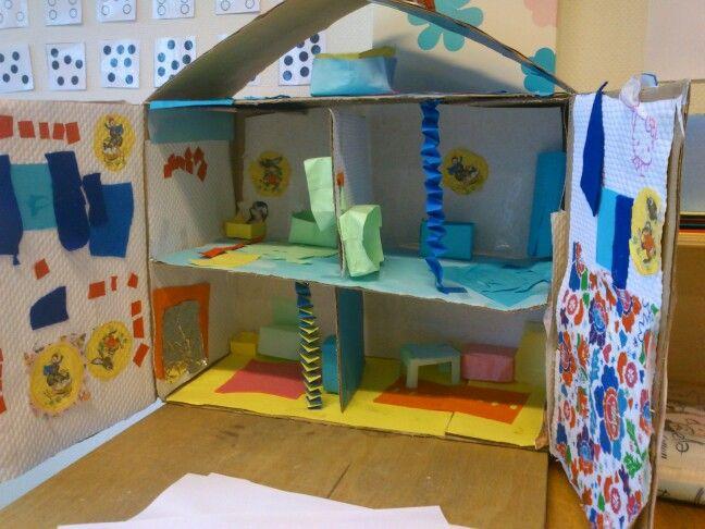 Met de hele klas een huis knutselen voor het thema Wonen :)
