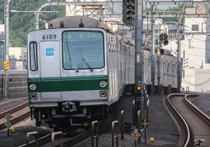 Tokyo Metro's series 6000 near Gotokuji station on the Odakyu Electric Railway Company (OER). The CHIYODA-Line takes through service to the OER and the JOBAN-Line of the East Japan Railway Company (JR East). =Photo by Showa Express