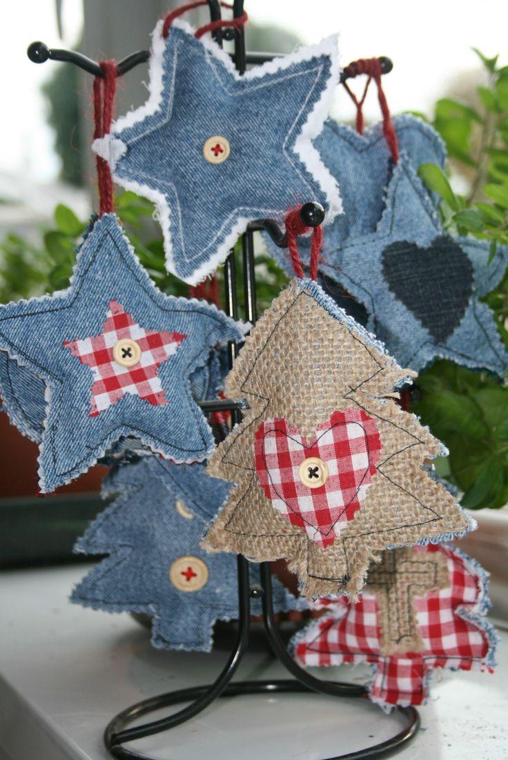 Per creare decorazioni albero di Natale originali serve il riciclo creativo di vecchi jeans e un po' di manualità con ago e filo
