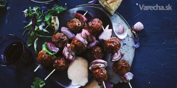 Komerčný recept Guľky z mletého mäsa spolu s cibuľou napichajte na špajdľu, podávajte s chutným  Ajvarom Podravka a  vychutnávajte si výborné jedlo pripravené pod holým nebom.