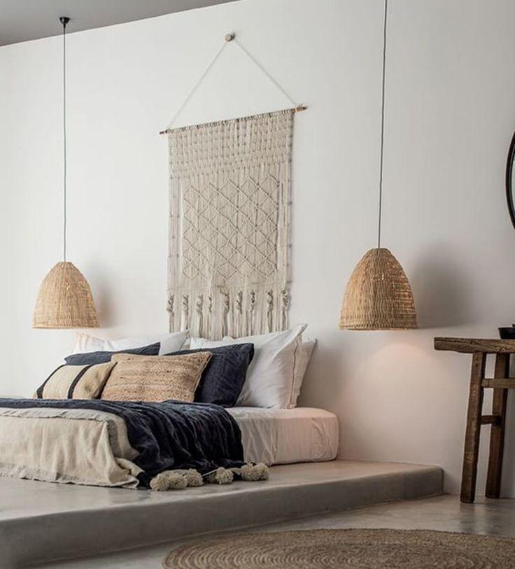 NATURALIDAD Y ESTILO  A partir de una base neutra se pueden ir jugando con elementos de más color, colocando plaids, muebles o sillas en tonos más vivos. Una buena forma de iluminar un espacio sin prescindir de la naturalidad es colocando estas lámparas de bambú. Un loft en Santo Domingo | Ventas en Westwing