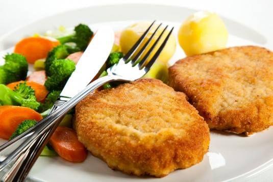 Cansada(o) de preparar sempre os mesmos pratos? Experimente esta marmita simples, fácil e sa-bo-ro-sa!!! #Costeletas_de_porco_panadas #receitas #marmita #carne #costeletas #fácil #deliciosa #pãoralado #legumes