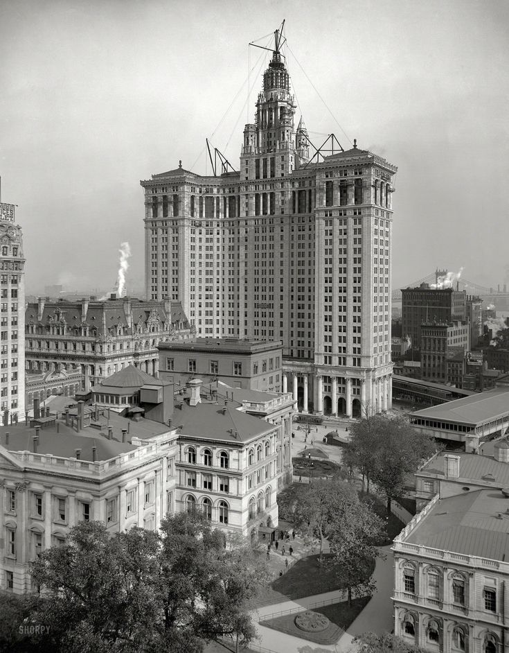 Circa 1913. New Municipal Building, New York City. The 40-story Manhattan Municipal Building and associated infrastructure including an elevated rail line and the Manhattan Bridge