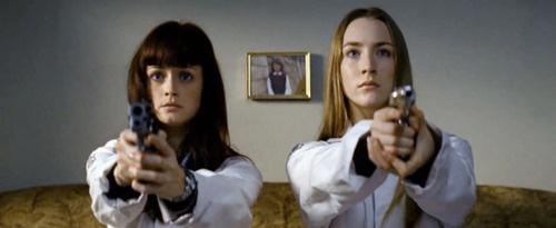 """奇跡の31歳""""アレクシス・ブレデル(左)。13歳下のシアーシャ・ローナンと並んでも負けてない!"""