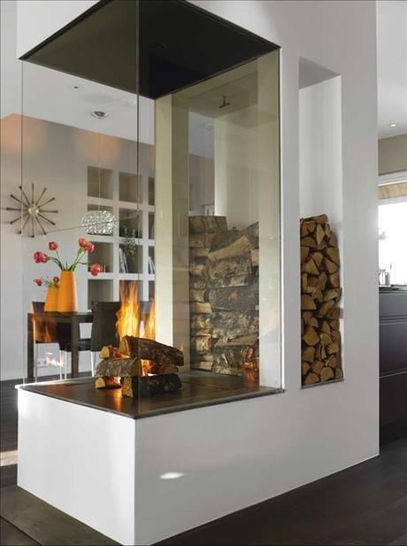 Den öppna spisen har ritats av arkitekten Jenny Frigren. Klockan Spindle clock på väggen är designad...