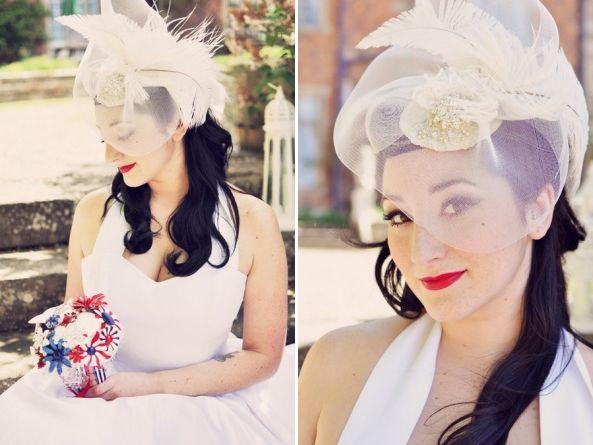 Une jolie table, de charmants looks bicolores pour les mariées des fifties  et des bouquets broches tous plus beaux les uns que les autres :...
