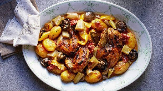 Kuře s pečenou zeleninou z jednoho pekáče                                       Jídla z jednoho hrnce mají své kouzlo. Nejenže neušpiníte moc nádobí, ale v jedné nádobě se všechny chutě fantasticky propojí a na konci na vás bude čekat nebesky dobrá lahůdka.