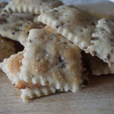Crackers alle olive fatti in casa, con una ricetta semplice che vi stupirà per il risultato!