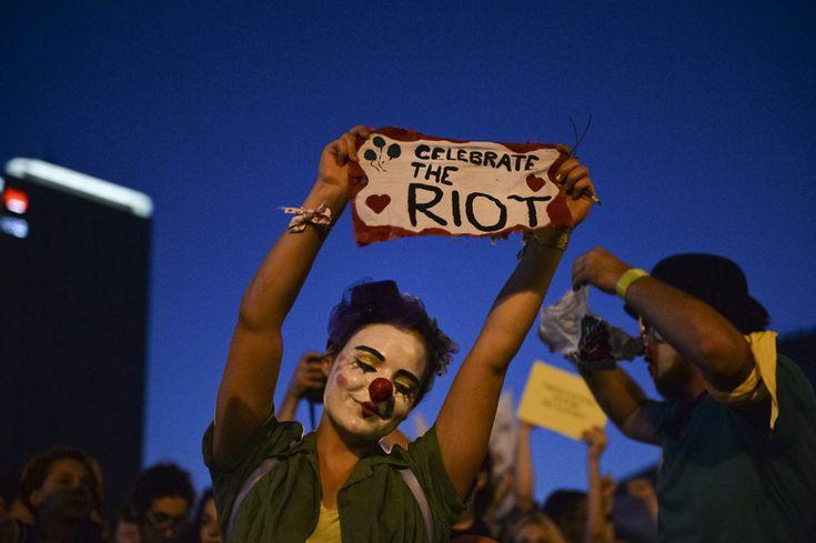 Persoane protestează faţă de exploatarea minereurilor din perimetrul #rosiamontana, în Bucureşti, duminică, 1 septembrie 2013. (  Andreea Alexandru / Mediafax Foto  ) - See more at: http://zoom.mediafax.ro/news/protestele-lunii-septembrie-11383258#sthash.WbQolVgX.dpuf