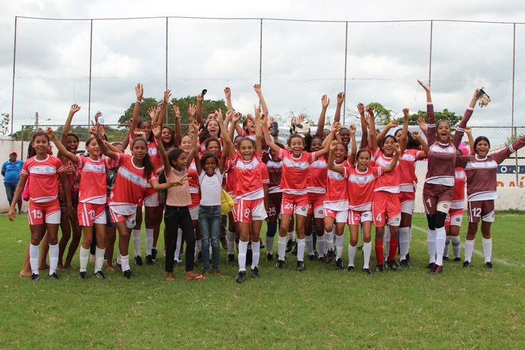 """No último sábado, dia 28, a Plan Brasil realizou o """"I Campeonato Intermunicipal de Meninas"""". O campeonato contou com a participação de aproximadamente 350 meninas de 9 a 17 anos, de 8 comunidades dos municípios de Codó, Timbiras e Peritoró, integrantes do Projeto Futebol Feminino. #PorSerMenina #FutebolFeminino"""