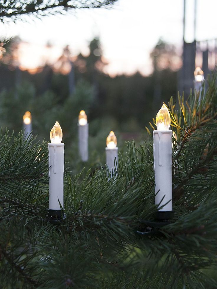 Trådløs batteridrevet LED juletrebelysning til utendørs bruk. Settet kommer med 10 hvite stavlamper på klype og mønster med rennende voks. Lysene ser realistiske ut og gir et fint lys på juletreet. Den innebygde timeren gjør det lett å stille inn når lysene skal stå på og det følger med fjernkontroll.