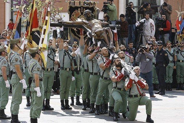 El Desembarco De La Legión Y El Traslado Del Cristo De La Buena Muerte Reúnen A Miles De Personas Cristo Cristo De Mena La Legion