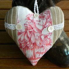 Coussin de porte - coeur à suspendre - toile de Jouy et toile à matelas - dentelle ancienne - boutons de nacre . Confectionné par Cannelle-fil-et-tissu