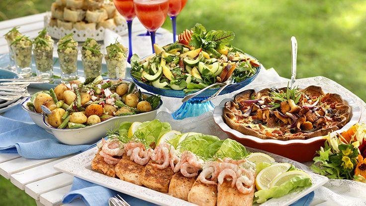 Bjud vännerna på buffé i trädgården! Vi tipsar om fräscha sallader, lax, kassler och goda såser – lättlagade och läckra rätter som passar de flesta smaker. Inled med en porlande drink och...