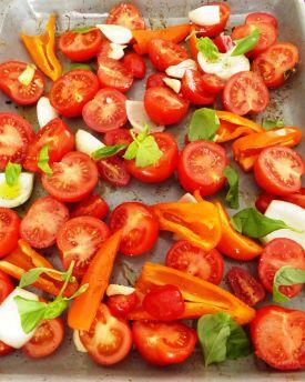 Pastasaus: verwarm de airfryer voor op 175C en leg halve tomaten, grofgehakte ui, uitgeperste knoflook, basilicum, stuk paprika, wortel of wat je lekker vindt op bakpapier in het mandje. Bestrooi met wat zout en peper en bedruppel met wat olie. Laat een half uur roosteren, doe daarna de groenten in een grote pan en pureer de groenten met de staafmixer glad. Breng op smaak met nog wat zout en peper indien nodig en evt een scheutje balsamico/olijfolie.