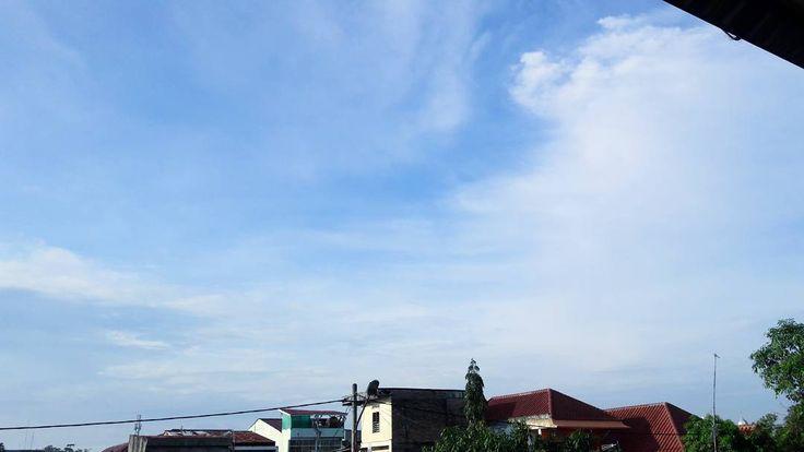 Langit. (n) Indah biru nya menggodamu seakan memintamu untuk menjelajahinya. Betapa indahnya karyaNya!  #langit #langitbiru #awan #pemandangan #fotografi #photography #ciptaanTuhan http://tipsrazzi.com/ipost/1521637274239776052/?code=BUd8Qn4DjU0