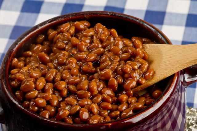 Crockpot gebackene Bohnen mit getrockneten Bohnen, Melasse, Senf, braunem Zucker, Ketchup und anderen Zutaten. Hausgemachte Baked Beans und einige andere Baked Beans Rezepte und gemischte Bohnen.