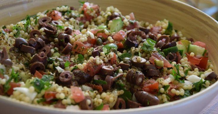 Τέλεια , καλοκαιρινή , πεντανόστιμη σαλάτα . Ιδανική και για πλήρες γεύμα αφού είναι τόσο χορταστική . Χρησιμοποιήστε κουσκούς από αλ...
