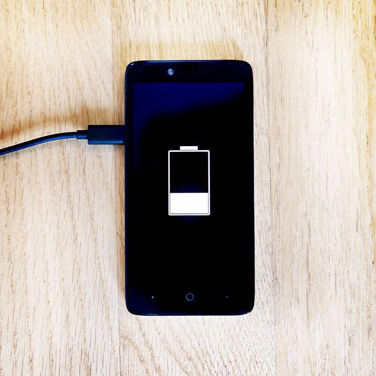 Kaum unterwegs ist auch schon das Akku des Smartphones fast leer – kommt Ihnen das auch bekannt vor? Vielleicht machen Sie einen dieser Fehler und so ihren Handy-Akku kaputt. TECHBOOK erklärt, wie sie richtig mit Ihrem Smartphone umgehen und so den Akku schonen.