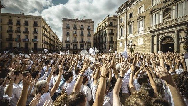 """Miles de personas vestidas de blanco marcharon en Barcelona con una consigna: """"Hablemos"""""""
