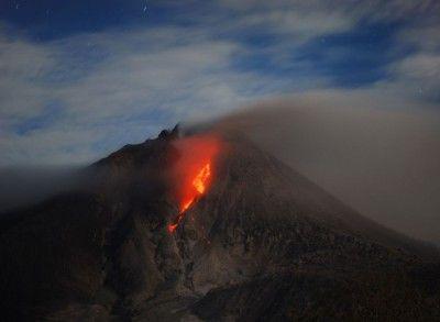 In beeld: Toeristische trekpleister op Sumatra heeft last van uitbarstende vulkaan