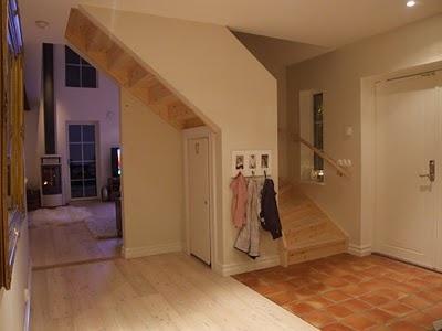 Lantliga Hem: hall och trappa