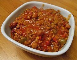 Chili con carne Chili con carne dat betekent: chili met vlees. Maar authentieke chili con carne is veel meer dan dat. Een heerlijk Mexicaans recept wat bij iedereen in de smaak valt. 30 minuten en klaar is kees ! 2 Porties Ingrediënten: 1 eetlepel olijfolie of zonnebloemolie 1 grote ui …