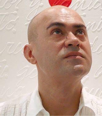 Lázaro Reynaldo Rodríguez. Cursó estudios en la Escuela de Artes Plásticas El Alba, en su ciudad natal, Holguín, Cuba. Se graduó en 1983 de pintura y dibujo en el nivel medio.