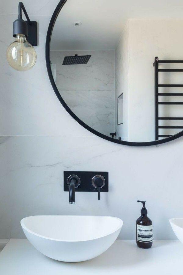 Runder Badspiegel erhellt und schmückt das Badezimmer gleichzeitig
