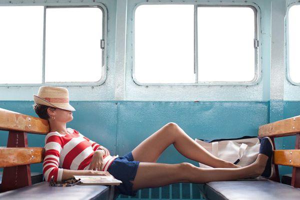 Espadrilles bleues , tenue décontractée , la provoc dans une vieux train pour une mine perdue d'Amérique du Sud  Dessine-moi l'espadrille