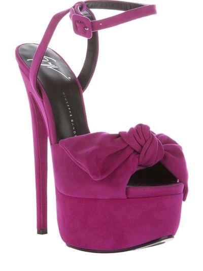 Sandália roxa em camurça, Giuseppe Zanotti. Possui detalhe de laço com nó na frente, fechamento por alça com fivela no tornozelo, solado em couro, plataforma meia pata e salto agulha.