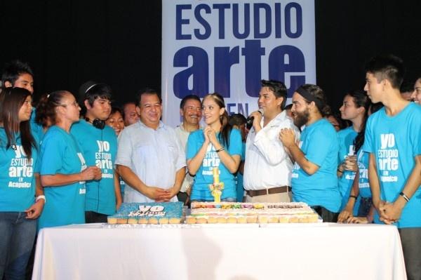 LWA Arte  ] ACAPULCO * 22 de mayo. El alcalde de Acapulco, Luis Walton Aburto, asistió la tarde de hoy a la exposición, clase muestra y exhibición de los estudiantes del Programa Permanente de Fomento Artístico de Acapulco que desarrolla la Dirección de Fomento a la Cultura del Gobierno de Acapulco.