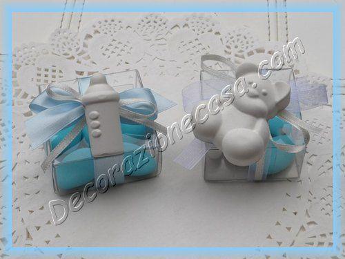 Bomboniera con orsetto di gesso profumato 4 cm,3 confetti azzurri al cioccolato e 2 confetti bianchi alla mandorla,con nastro in organza bianco da 1cm e nastrino in raso bianco da 3 mm Bomboniera c...