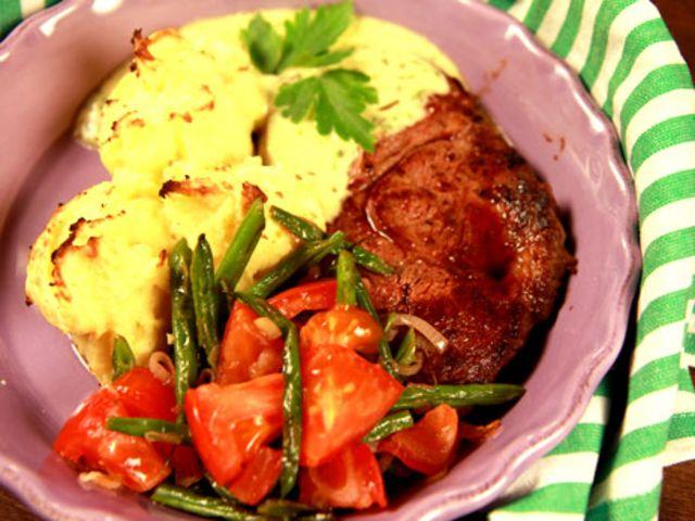 Entrecôte med gratinerat potatismos, bönsallad och bearnaisesås (kock Tommy Myllymäki)